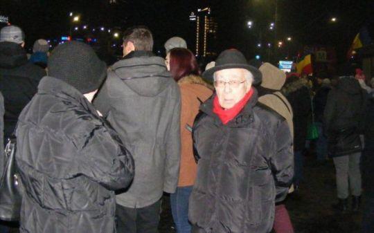 Mihai Şora, protestand miercuri în Piaţa Victoriei FOTO: Cleopatra David
